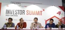 Direktur Keuangan Telkom Harry M. Zen (tengah) memberikan paparan terkait kinerja perseroan saat acara Investor Summit di Jakarta, Rabu (29/8).