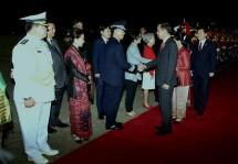 Presiden Jokowi menyalami para pejabat yang menyambut saat tiba di Seoul Air Base, Kota Seongnam, Korea Selatan, Minggu (9/9). (Foto: Humas/Rahmat).