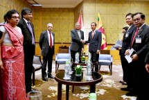 President Joko Widodo took a picture with Sri Lankan Prime Minister Ranil Wickremesinghe after holding a meeting on the sidelines of the World Economic Forum (WEF) on ASEAN in Hanoi, Vietnam (Photo: Presidential Press Bureau)