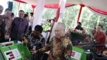 Mendag Enggartiasto Lukita, Binsar Edward Direktur PT Tri Palma Indonesia hadiri peresmian mesin AMH-o