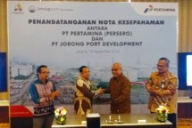 Corporate Marketing Director of PT. Pertamina (Persero) Basuki Trikora Putra together with President Director of PT Jorong Port Development Wishnu Soehardjo when signing the Memorandum of Understanding (Photo: Ridwan / Industry.co.id)