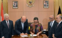 Gusti Kangjeng Ratu (GKR) Mangkubumi, General Chairperson of the DIY Kadin Gusti Kanjeng Ratu (GKR) Mangkubumi when signing the cooperation with Michal Stefl as Vice President of the Czech Republic Kadin (Photo: Kadin)