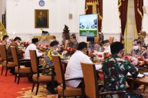 President Jokowi chairs a Limited Meeting on Handling of COVID-19 Pandemic ahead of Eid Al-Fitr 1442 Hijri, at the Merdeka Palace, Jakarta, Monday (19/4). (Photo by: PR of Cabinet Secretariat/Agung)