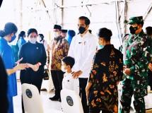 President Jokowi having a dialogue with representatives of KRI Nanggala 402 submarine fallen crew members' family at a hangar of Juanda Navy Air Station in Sidoarjo regency, Thursday (29/04/2021).