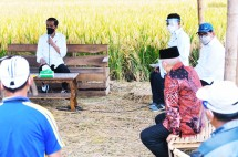 President Jokowi has a discussion with local farmers in Malang regency (29/04/2021)