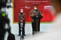 Coordinating Minister for Economic Affairs Airlangga Hartarto with Minister of Cooperatives and SMEs delivering press statement after attending a limited meeting, Monday (05/04/2021) afternoon in Jakarta. (Photo: PR of Cabinet Secretary/Rahmat)