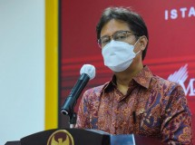 Minister of Health Budi Gunadi Sadikin delivers press statement after joining a limited meeting led by President Jokowi on the handling of COVID-19 pandemic, on Monday (17/5), in Jakarta. (Photo by: PR/ Agung)