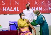 President Jokowi inspected mass COVID-19 vaccination at Pekanbaru Sports Arena in Pekanbaru city, Riau province (19/05/2021). (Photo by: Press Media and Information Bureau of the Presidential Secretariat/Muchlis Jr)
