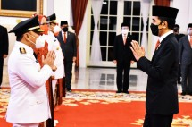 President Jokowi greets Governor of Central Kalimantan for 2021-2024 term Sugianto Sabran, Tuesday (25/5), at the State Palace, Jakarta. (Photo by: PR of Cabinet Secretariat/Rahmat)