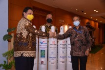 Coordinating Minister for Economic Affairs Airlangga Hartarto (left) before sending 2,000 oxygen cylinders to India, Friday (28/5). (Photo by: Coordinating Ministry for Economic Affairs Public Relations)