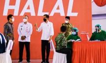 President Jokowi inspects mass vaccination at Indoor Stadium of KElapa Dua Sport Center in Tangerang regency, Banten province, Wednesday (09/06/2021). (Photo: Bureau of Press, Media, and Information of Presidential Secretariat/Muchlis Jr)
