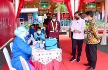 President Jokowi on Thursday (10/06) inspected mass COVID-19 vaccination at Kampung Rambutan Bus Station, Jakarta. Photo by: BPMI of Presidential Secretariat/ Muchlis Jr