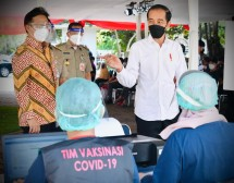 President Jokowi inspects mass COVID-19 vaccination at Pluit Dam, Jakarta. (14/06/2021). (Photo by: Press Media and Communication Bureau of Presidential Secretariat/Laily)