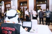 President Jokowi inspects mass COVIID-19 vaccination at Bogor Railway Station, Thursday, (17/06). Photo by: BPMI of Presidential Secretariat.