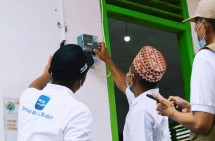 An electricity meter is being checked by PT. PLN employees. (Source: esdm.go.id)