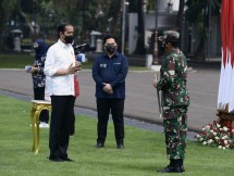 President Jokowi talks with TNI Commander and Minister of State-Owned Enterprises about free medicine package for self-isolated COVID-19 patients (15/07/2021). (Photo by: Press Media and Information Bureau of Presidential Secretariat/Rusman)