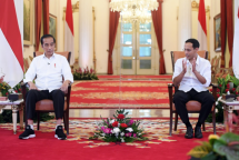 President Jokowi has a dialogue with Minister of Education, Culture, Research, and Technology Nadiem Makarim at the State Palace in Jakarta (Photo by BPMI of Presidential Secretariat/Lukas)