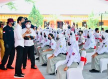 President Jokowi inspects vaccination for students at State Vocational High School SMKN 1 Beringin, Deli Serdang regency, Thursday (16/9). (Photo by: Presidential Secretariat/Laily Rachev)