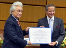 Indonesian Ambassador to the United Nations Darmansjah Djumala receives award from the IAEA and the FAO in Vienna, Austria, Monday (20/9). (Photo: PR of BRIN)