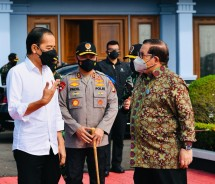 President Jokowi accompanied by Cabinet Secretary Pramono Anung to conduct a working visit to Cilacap regency, Central Java province (23/09/2021). (Photo by: Presidential Secretariat's Press, Media, and Information Bureau/Laily Rachev)