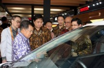 Minister of Industry, Airlangga Hartarto with Vice President Jusuf Kalla when he saw one of the cars in IIMS 2017