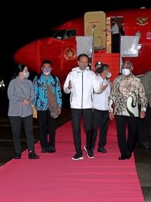 "President Joko ""Jokowi"" Widodo arrives at Domine Eduard Osok International Airport, Sorong City, West Papua, Sunday (03/10). (Photo by: BPMI of Presidential Secretariat/Kris)"