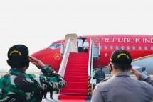 President Jokowi, accompanied by First Lady Ibu Iriana Jokowi and Cabinet Secretary Pramono Anung, leaves Halim Perdanakusuma Air Force Base for East Nusa Tenggara province (Photo by: BPMI of Presidential Secretariat/Laily Rachev)