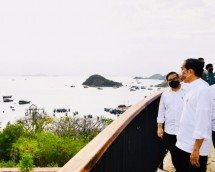 President Joko Widodo and Cabinet Secretary Pramono Anung at Kompas Bajo, Puncak Waringin, Thursday (14/10) afternoon. (Photo by: BPMI/Laily Rachev)