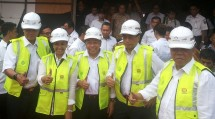 Minister of SOE Rini Soemarno, Minister of PUPR, Minister of Transportation, Director of Perum Perumnas, Director of PT KAI Tuesday (15/08/2017) (Photo Ridwan)