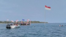 Raising the Red and White Flag from the bottom of the sea for the 72nd Anniversary of the Republic of Indonesia was held at Tanjung Lesung Beach, Banten, Thursday (17/08/2017). (INDUSTRY.co.id/Irvan AF)