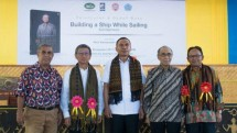Photo: Chairman of the Foundation of the University of Flores, Lori Gadi Djou - Founder and Chairman of PT Jababeka, S.D Darmono - Vice Regent Ende Djafar Achmad - Rector of Flores University, Stefanus - Academician, Komaruddin Hidayat (Dok: TPP)