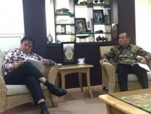 Menperin Airlangga Hartarto along with President Director of PT Semen Baturaja Rahmad Pribadi (Photo Ridwan)