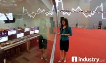 Pengunjung mengamati papan elektronik yang memperlihatkan pergerakan IHSG di gedung BEI (Foto Rizki Meirino)